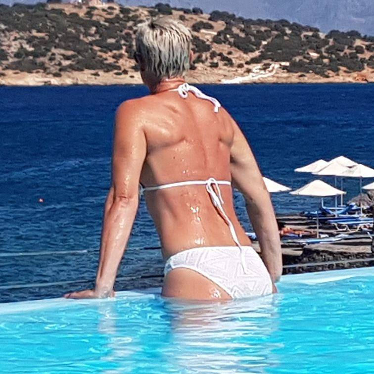 Reife Frauen in Bikinis